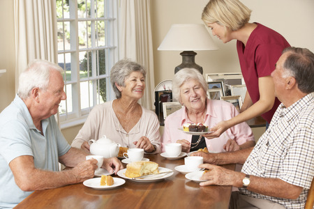 aide a domicile: Groupe des couples �g�s B�n�ficiant Afternoon Tea Together At Home With Accueil Aide
