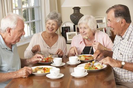 pareja comiendo: Grupo de parejas mayores que disfrutan de la comida junto