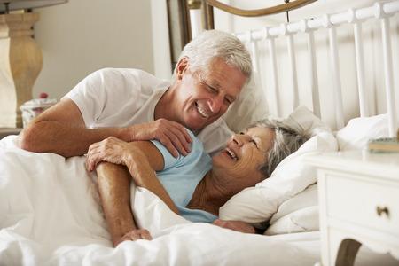 침대에서 함께 행복한 수석 커플
