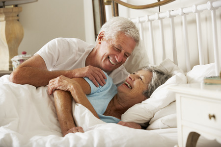 couple au lit: Senior Couple heureux dans le même lit Banque d'images