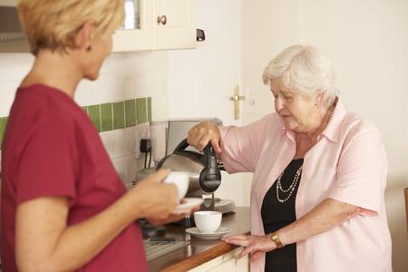 aide a domicile: Accueil Aide Partage tasse de th� avec femme senior En cuisine