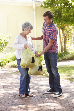 personas ayudando: Hombre ayudar a la mujer mayor con Compras
