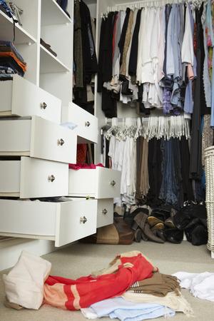 habitacion desordenada: Dormitorio desordenado adolescente con armario Sucias Foto de archivo
