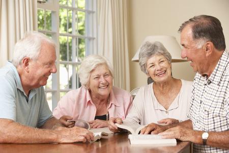 사람들: 책을 읽고 그룹에 참석하는 수석 커플의 그룹 스톡 콘텐츠
