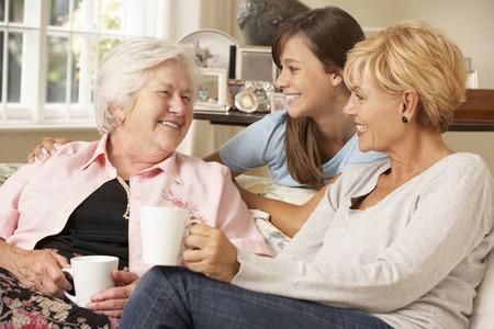 할머니를 방문하는 십 대 손녀와 성인 딸