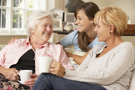 Adult Daughter With Teenage Granddaughter Visiting Grandmother Stockfoto