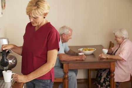 aide a domicile: Accueil Aide Partage tasse de th� avec Senior Couple dans la cuisine