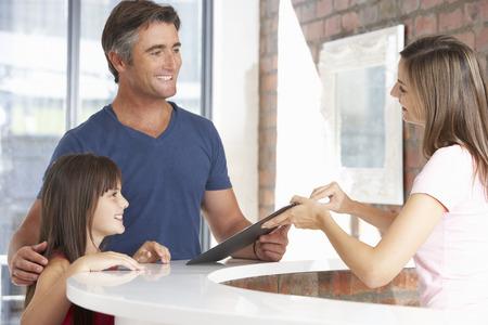 recepcion: Padre con la hija en Recepción del Consultorio dental Foto de archivo