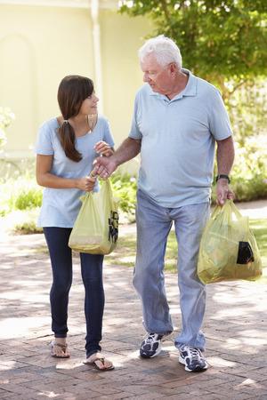 personas ayudando: Adolescente Nieta Ayudar abuelo Con Compras