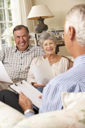 Gepensioneerden Senior paar zittend op de sofa te praten aan Financiële Adviseur