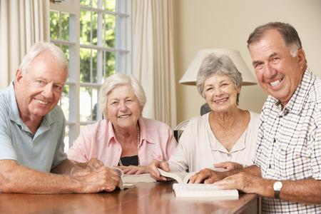 mujer leyendo libro: Grupo de los altos parejas Asistir libro Grupo de Lectura Foto de archivo