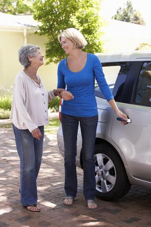 女性の車に年配の女性を支援 写真素材