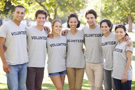 ボランティア グループが公園のごみをクリア 写真素材