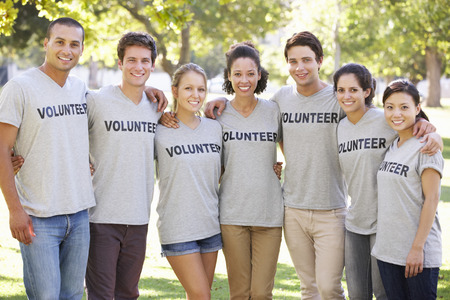 Volunteer Group Clearing Litter In Park Foto de archivo