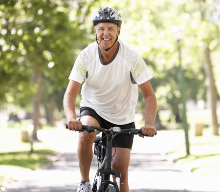 ciclismo: Hombre maduro Ciclismo a través de parque Foto de archivo