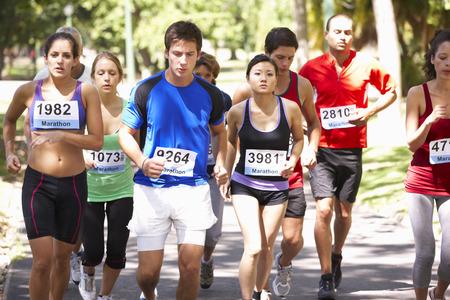 hombres corriendo: Grupo de corredores de maratón al inicio de la Carrera Foto de archivo