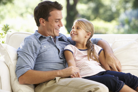 아버지와 딸 집에서 소파에 앉아 스톡 콘텐츠