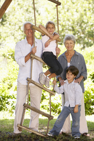 abuelos: Nietos y abuelos Permanente Por Tree House en jardín