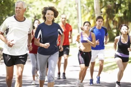Groupe de coureurs jogging dans le parc