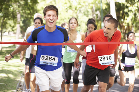 fila de personas: Atleta masculino Ganar Maratón Carrera