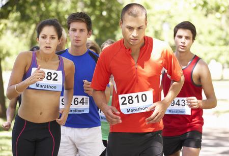 gente corriendo: Grupo de corredores de maratón al inicio de la Carrera Foto de archivo