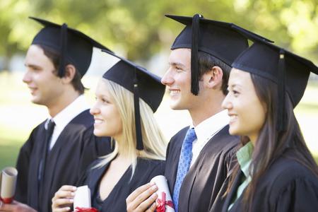 jovenes estudiantes: Grupo de estudiantes que asisten a la ceremonia de graduaci�n Foto de archivo