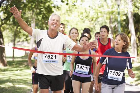 gruppe m�nner: M�nnliche Athlet Gewinnen Marathon Rennen
