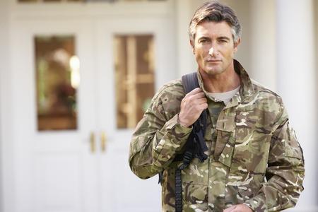 Soldier terugkeren naar Eenheid Na het huis verlaten