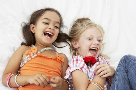 niños felices: Dos chicas jóvenes Vestirse Juntos En Dormitorio