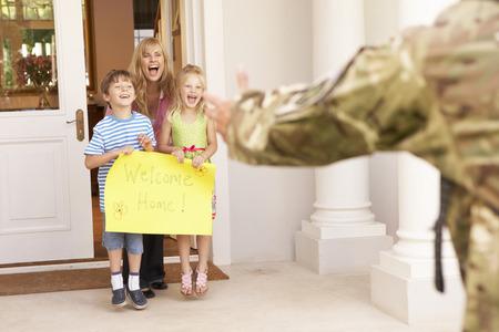 soldado: Soldado Vuelta a casa y recibidos por la familia