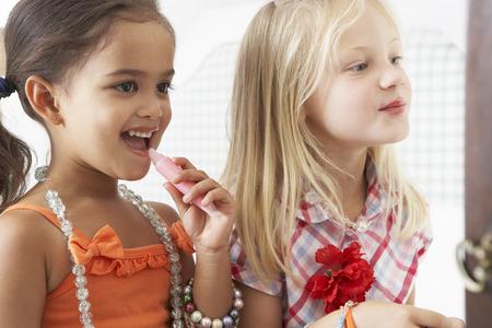 niñas jugando: Dos chicas jóvenes que Vestirse Y Poner En Maquillaje Juntos