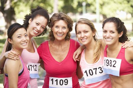자선 마라톤 레이스에서 경쟁하는 여성 운동 선수의 그룹