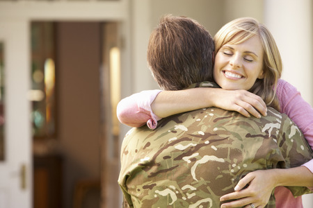 Soldaat naar huis terugkeren en werden begroet door Wife Stockfoto