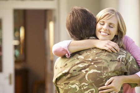 soldado: Soldado Vuelta a casa y recibidos por la esposa