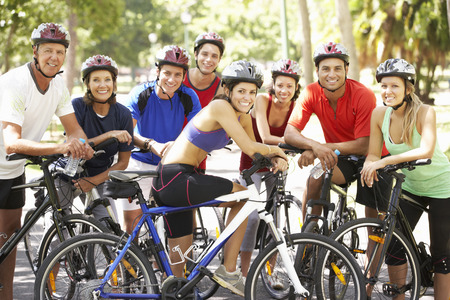 Group Of Cyclists Resting During Cycle Ride Through Park Stockfoto
