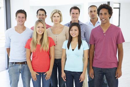 grupo de personas: Grupo de feliz y positiva Business People en traje casual