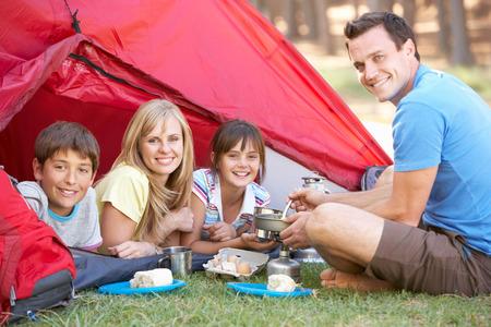 キャンプ休日の朝食を調理している家族 写真素材