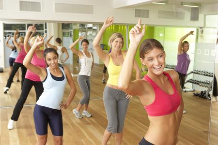 clases: Las mujeres que participan en la clase de Zumba en gimnasia Foto de archivo
