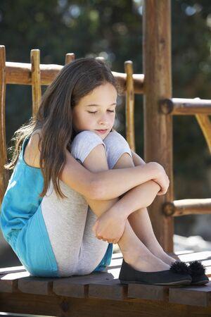 niñas jugando: Triste columpio Niña sentada en