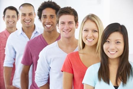 eingang leute: Line Of glücklich und positiv Geschäftsleute in legeren Kleidung
