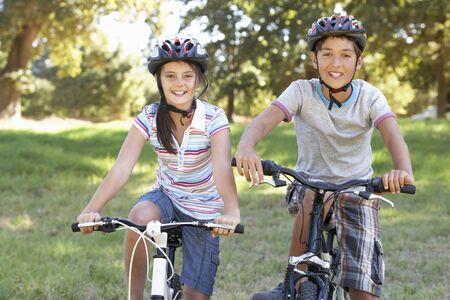 niños en bicicleta: Dos niños en paseo del ciclo en Campo Foto de archivo