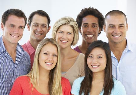menschen unterwegs: Gruppe glücklicher und Positive Geschäftsleute in legeren Kleidung