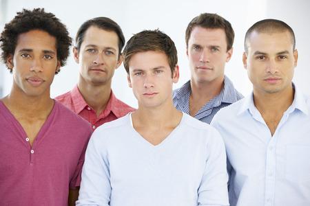 mixed age range: Grupo de hombres de negocios en traje casual