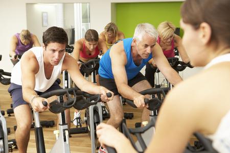 ciclismo: Grupo participa en clase de giro en gimnasia Foto de archivo
