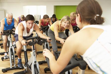 clase media: Grupo participa en clase de giro en gimnasia Foto de archivo