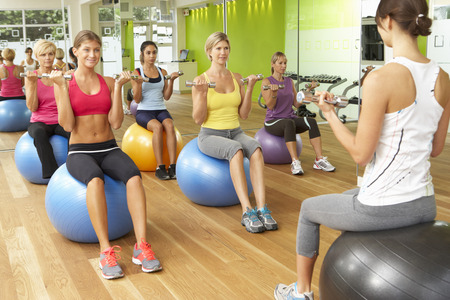 mujeres fitness: Las mujeres que participan en Gym Fitness Class
