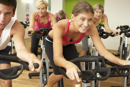 clases: Grupo participa en clase de giro en gimnasia Foto de archivo