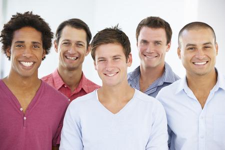カジュアルな服装のビジネスマンのグループ