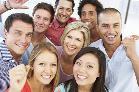 Zvýšený pohled na šťastné a pozitivní obchodní lidé v ležérní šaty