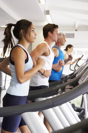 gente corriendo: Grupo de personas que utilizan diferentes equipos de gimnasia Foto de archivo